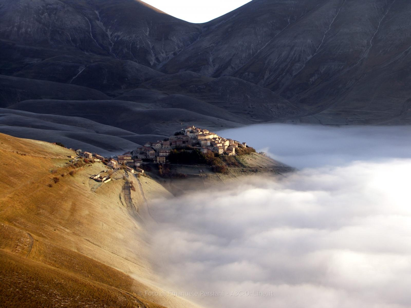 Piangrande e nebbia a Castelluccio di Norcia